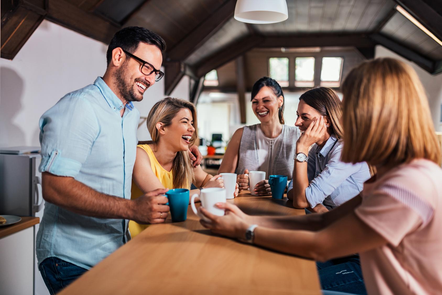Молодые люди-офис-кофе-смех